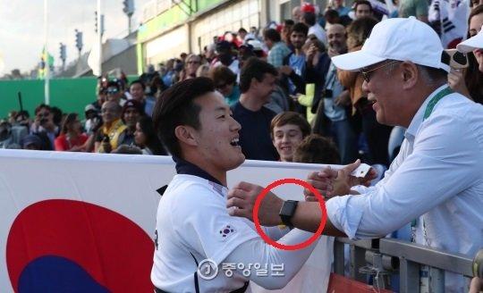 정의선(사진 오른쪽) 현대차그룹 회장이 5년 전 리우올림픽에서 애플워치를 착용한 채 양궁 국가대표 선수를 격려하고 있다. [중앙포토]