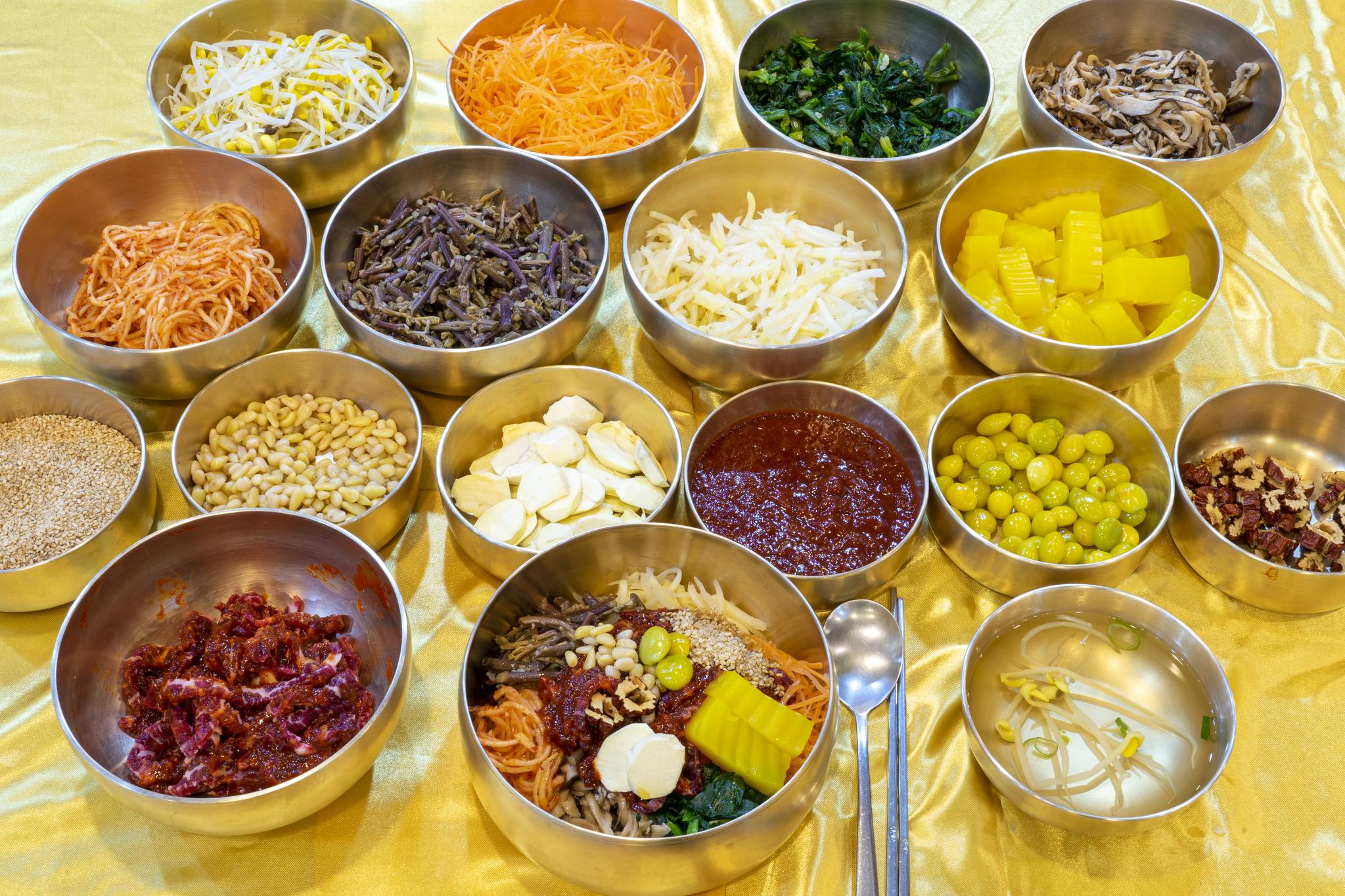 전주비빔밥은 화려하고 푸짐한 게 특징이다. 육회·황포묵·콩나물·대추·은행·표고버섯·밤 등 적어도 15가지 이상의 재료가 들어가야 한다. '갑기회관'의 비빔밥 역시 화려하고 정갈하다.