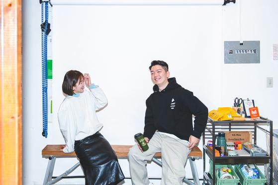 폴인과의 인터뷰 중 담은 모베러웍스 소호(좌)와 대오(우)의 모습. 모베러웍스는 '규칙 없음'을 지향하는 브랜드이지만, 그럼에도 지키고 싶은 규칙으로 두 사람은 '주체성, 개성, 재미, 솔직함, 멋'을 꼽았다. ⓒ폴인