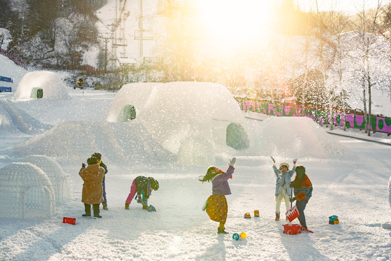 휘닉스 평창의 스노우파크에서 뛰노는 아이들의 모습. [사진 휘닉스 호텔앤드리조트]