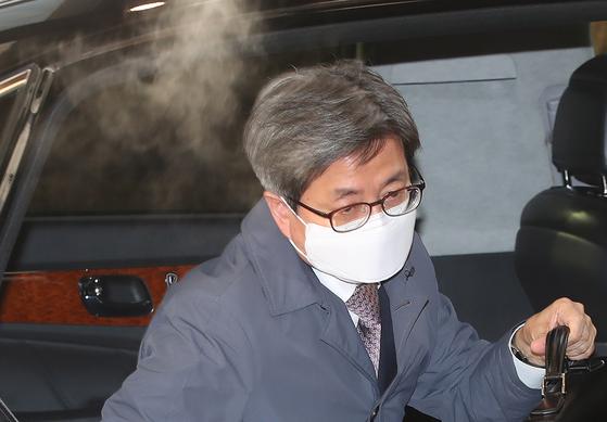 김명수 대법원장이 5일 오전 서울 서초구 대법원으로 출근하고 있다.연합뉴스