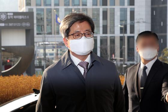 김명수 대법원장이 5일 오전 서울 서초구 대법원으로 출근하고 있다. 뉴스1