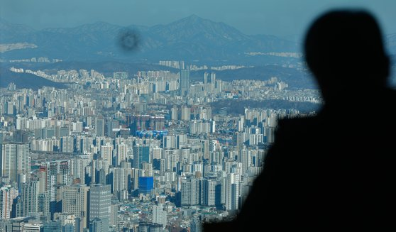 정부는 공공 주도로 주택공급을 대폭 확대해 공공분양 물량을 늘리기로 했다. 서울 중구 남산서울타워에서 바라 본 도심 아파트 일대. [뉴스1]