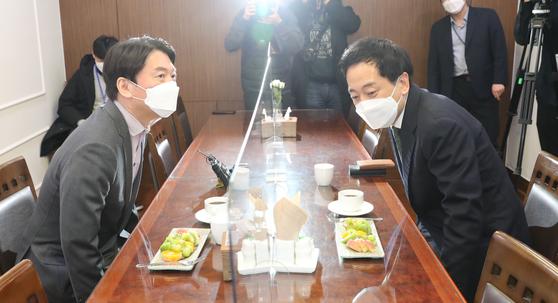 국민의당 안철수 대표와 무소속 금태섭 전 의원이 '제3지대' 단일화 방식을 협상하기 위해 4일 오후 서울 여의도 국회 의원회관에서 회동, 자리에 앉고 있다. 오종택 기자