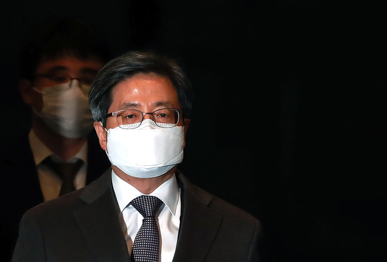 김명수 대법원장이 4일 오후 서울 서초구 대법원에서 퇴근하고 있다. [뉴스1]
