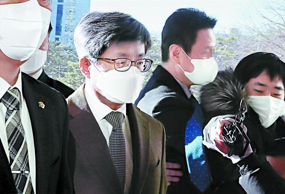 김명수 대법원장(왼쪽)이 4일 오전 서울 서초동 대법원으로 출근할 때 한 취재기자가 다가서며 질문하려 하자 경호원들이 제지하고 있다. 이에 앞서 김 대법원장이 임성근 부장판사와 지난해 5월 가진 면담에서 사표 수리 및 탄핵 등을 언급한 대화 녹취록이 이날 공개됐다. [뉴시스]