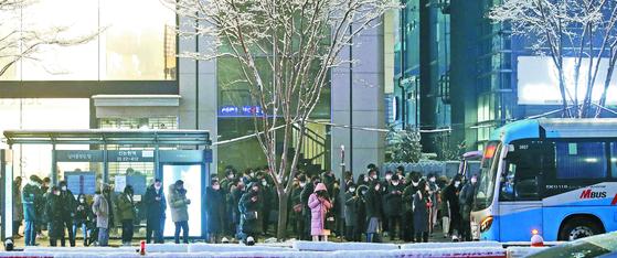 코로나19에 따른 사회적 거리두기가 시민들이 저녁 시간을 사용하는 방식을 크게 바꾸고 있다. 사진은 지난달 서울 강남역 인근 광역버스 정류장에서 퇴근하는 시민들이 버스를 기다리는 모습. [뉴스1]