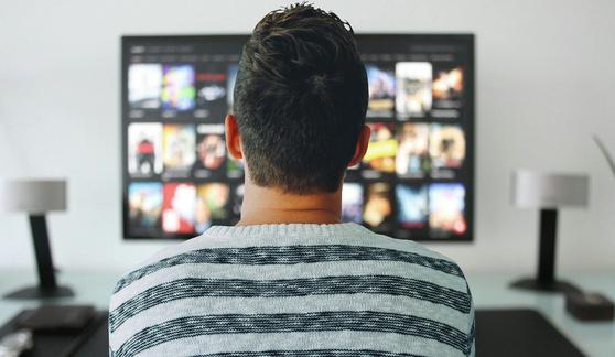 코로나19로 재택근무·원격수업이 이뤄지면서 '집콕족'이 TV 수요가 증가하자 LCD 패널 가격이 가파르게 오르고 있다. 사진 픽사베이