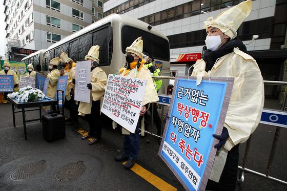지난달 15일 서울 여의도 더불어민주당 당사 앞에서 전국당구장대표자연합회원들이 실내체육시설 집합금지에 항의하는 기자회견을 하고 있다. 장진영 기자
