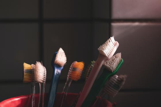 플라스틱 칫솔은 크기가 작고 복합 재질인 경우가 많아 재활용이 어렵고, 분해도 잘 되지 않는다. 사진 unsplash