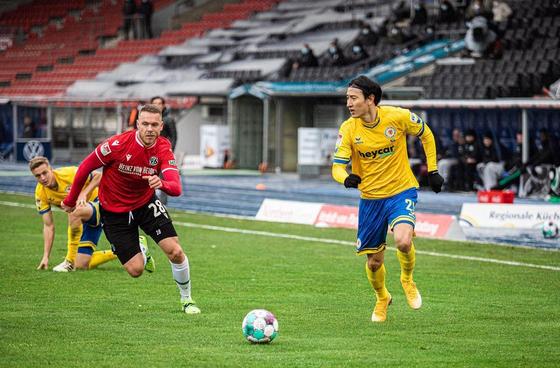 지동원(오른쪽)이 하노버전에서 2년 만의 공식 경기 골을 터뜨렸다. [사진 브라운슈바이크 인스타그램]