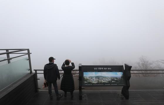 수도권을 비롯한 전국 곳곳에서 고농도 미세먼지가 한때 '매우 나쁨' 수준까지 오른 7일 서울 남산서울타워가 미세먼지와 안개의 영향으로 희미하게 보이고 있다. 뉴스1