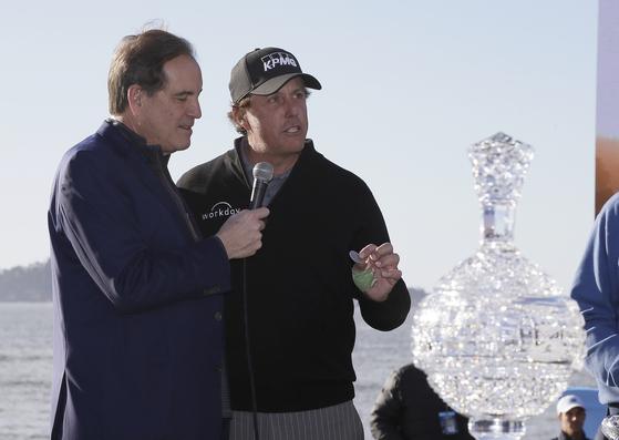 짐 낸츠(왼쪽)가 필 미켈슨과 인터뷰하고 있다. [AP=연합뉴스]