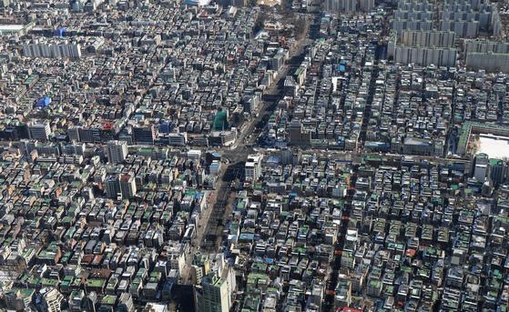 정부가 공공 주도로 지하철 역세권과 재건축 등 노후 주택지를 고밀 개발해 주택공급량을 대폭 늘리기로 했다. 사진은 서울 송파구 롯데월드타워 전망대 서울스카이에서 내려다 본 빌라 밀집지역.[뉴시스]