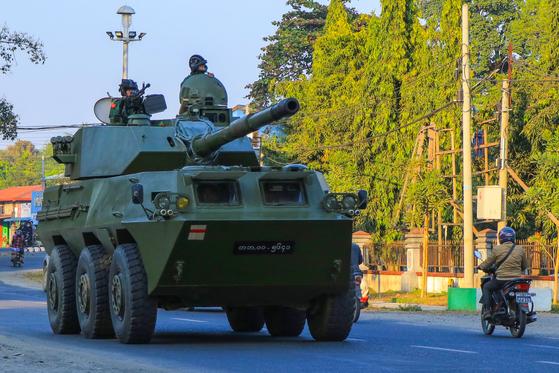 3일 미얀만 카친 주 미치나에서 쿠데타 군 장갑차가 이동하고 있다. 이날 아웅산 수지는 체포된 지 이틀 만에 공식 기소됐다. [사진 STR=AFP=연합뉴스]