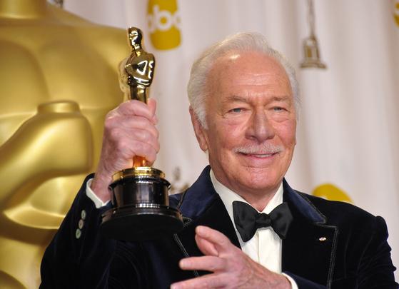 5일(미국 현지 시간) 작고한 캐나다 출신 할리우드 배우 크리스토퍼 플러머. 사진은 2012년 그가 84세의 나이에 영화 '비기너스'로 생애 첫 아카데미 연기상(남우조연상)을 받으며, 아카데미 역대 최고령 연기상 기록을 세운 순간이다. [AFP=연합뉴스]