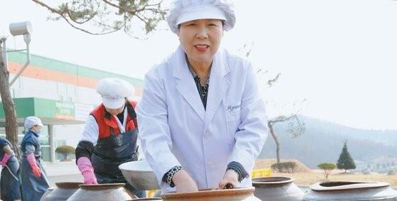 신신자 대표가 청주에 있는 장충동왕족발 공장에서 양념으로 쓸 장을 담그고 있다. [사진 장충동왕족발]