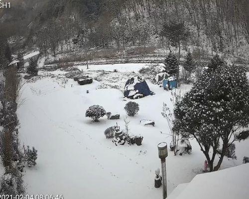 산막에 눈이 왔다. 눈이 온 산막은 시련의 연속이다. 불편하지만 여전히 매력적이다. [사진 권대욱]