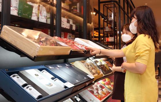 코로나19에도 고가의 백화점 선물세트 매출은 크게 늘었다. 사진은 신세계백화점에서 고객이 선물세트를 고르는 모습. [사진 신세계백화점]