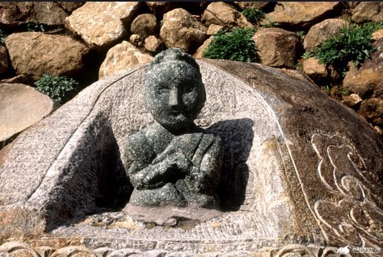 민간신앙의 대상인 지리산 성모상은 현재까지 남아있는 몇 안 되는 여신상이다. [중앙포토]
