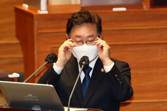 박범계 법무부 장관이 4일 국회 본회의에서 열린 정치·외교·통일·안보 분야 대정부 질문에서 안경을 고쳐쓰고 있다. 오종택 기자