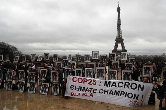 지난 2019년 프랑스 파리에서 마크롱 프랑스 대통령에게 기후변화 대응에 적극적인 행동을 촉구하며 수백명의 활동가들이 모였다. 이들은 마크롱 대통령이 기후변화에 관해 헛소리(bla-bla)만 늘어놓는 챔피언이라며 강하게 비판했다. AP=연합뉴스