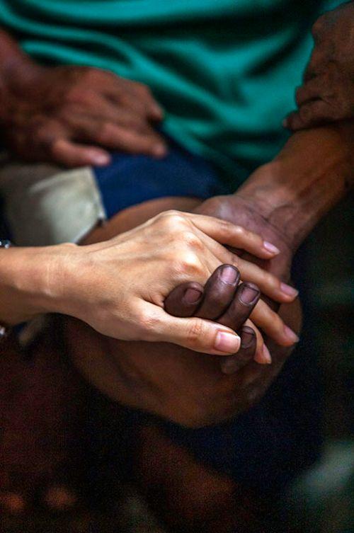배우 신애라와 필리핀 컴패션 현지의 한 여자 어린이 어머니 손이다. 도저히 어린이 엄마의 손이라고 볼 수 없는, 앙상하게 마른 주름 가득한 여인의 손을 꽉 잡고 놓지 않은 신애라의 손에 힘이 가득 들어가 있다. [사진 허호]