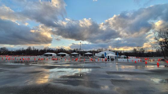 미국 메릴랜드주는 지난 5일 놀이공원인 식스 플래그스 아메리카 주차장에 코로나19 백신 집단 접종소를 설치했다. [김필규 특파원]