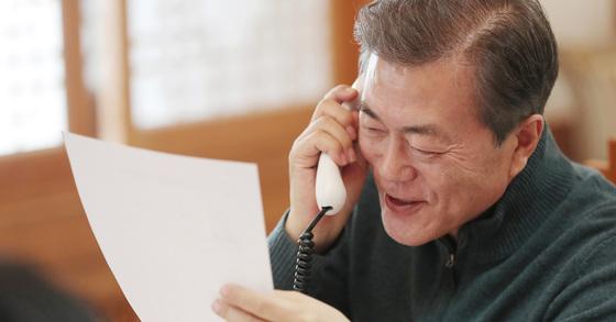 문재인 대통령이 지난 1월 1일 오후 청와대 관저에서 '나라답게 정의롭게 국민과의 전화통화'의 시간을 갖고 대상자와 통화를 하고 있다. 청와대 제공