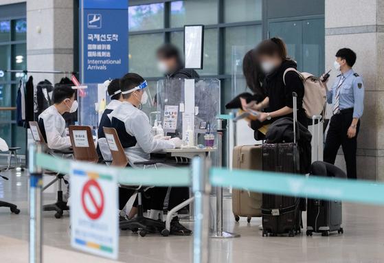 7일 오후 인천국제공항 제1여객터미널에서 해외입국자들이 공항을 나서고 있다. 뉴스1