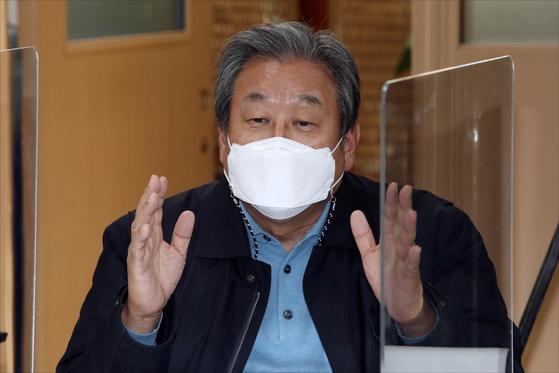 김무성 마포포럼 공동대표가 지난해 12월3일 오후 서울 마포구 마포현대빌딩에서 열린 '더 좋은 세상으로(마포포럼)' 정례 세미나에서 인사말을 하고 있다. 뉴스1