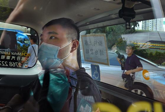 홍콩 국가보안법으로 처음 기소된 통잉킷(24)은 홍콩보안법 반대 시위 중 '광복홍콩 시대혁명'이라고 적힌 깃발을 오토바이에 달고 경찰에 돌진한 혐의를 받고 있다. [AP=연합뉴스]