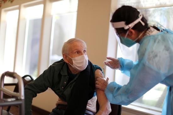 미국 캘리포니아주에서 덴마크발 변이 바이러스가 확산하고 있다. 사진은 지난달 15일 미국 캘리포니아 주 레드랜드의 미션 커먼즈에서 한 시민이 코로나19 백신을 맞는 모습. [로이터=뉴스1]