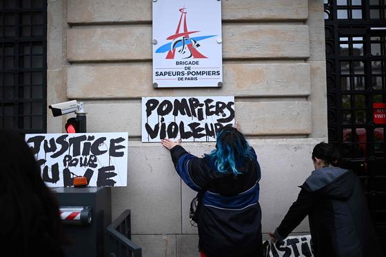 여성단체 관계자들과 시위대가 지난해 12월13일 파리 소재 한 소방서에서 성폭행 피해자를 위한 시위를 벌이고 있다. [AFP=연합뉴스]