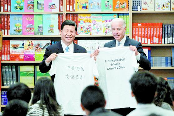 2012년 미국 캘리포니아를 방문한 당시 시진핑 중국 부주석과 조 바이든 미국 부통령이 티셔츠를 들어보이고 있다. [AP=연합뉴스]