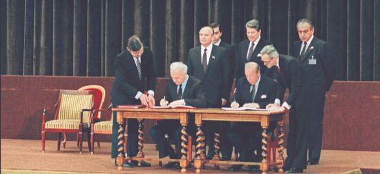 조지 슐츠(앞줄 오른쪽 둘째) 미국 국무장관과 예두아르트 셰바르드나제(왼쪽 둘째) 소련 외무장관이 1985년 11월 21일 미·소정상회담 이후 공동선언문에 서명하고 있다. 로널드 레이건 미국 대통령과 미하일 고르바초프 소련 공산당 서기장이 뒤에서 서명 장면을 지켜보고 있다. [AFP=연합뉴스]