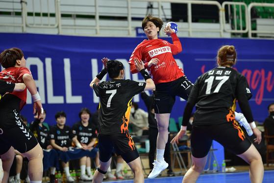 여자 핸드볼 부산시설공단의 독주를 이끌고 있는 류은희. [사진 대한핸드볼협회]