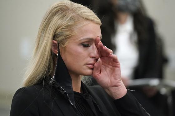 8일(현지시간) 미국 유타주 주의회 상원 청문회에 출석해 눈물을 흘리는 패리스 힐튼. AP=연합뉴스