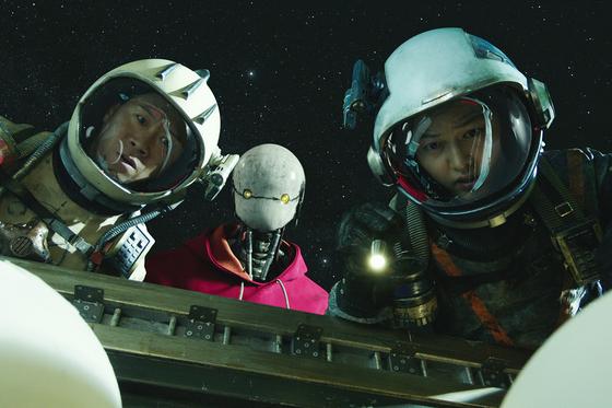 한국 최초 SF블록버스터를 표방한 영화 '승리호'는 지난해 극장 개봉을 목표로 했지만 코로나19로 연기 끝에 5일 넷플릭스 출시했다. (왼쪽부터)승리호 기관사 타이거 박, 로봇 업동이, 조종사 태호. [사진 넷플릭스]
