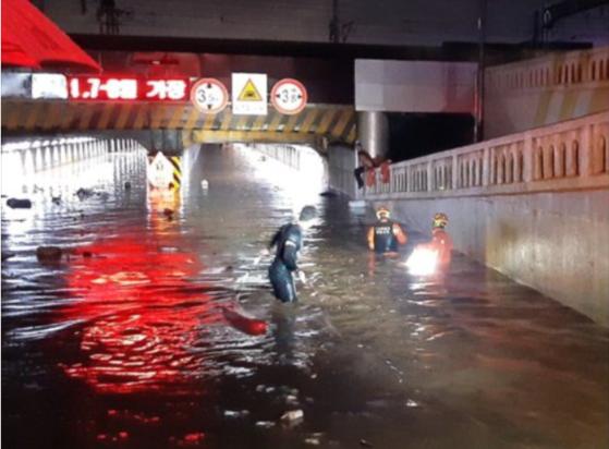 지난해 폭우 당시 물에 잠긴 초량1 지하차도에서 구조활동 중인 부산소방재난본부. [사진 부산소방재난본부]