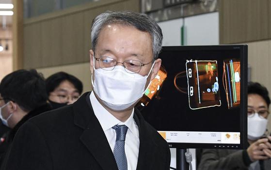 백운규 전 산업통상자원부 장관이 8일 대전지법에서 열린 구속 전 피의자 심문(영장실질심사)에 출석하기 위해 법원으로 들어서고 있다. 연합뉴스