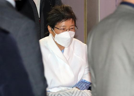 박근혜 전 대통령이 9일 오후 서울 서초구 서울성모병원에서 나오고 있다. 연합뉴스