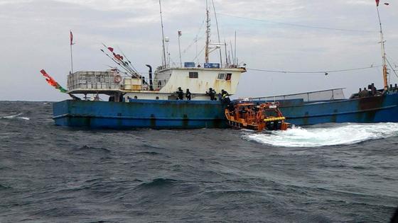 해경이 불법 중국어선을 특별 단속하고 있다. 이 사건과 관련 없음. [사진 서해지방해양경찰청]