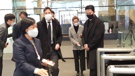 정용진 신세계그룹 부회장이 28일 네이버 이해진글로벌투자책임자(GIO)를 만나기 위해 네이버 본사에 들어오고 있다. 사진 추인영 기자