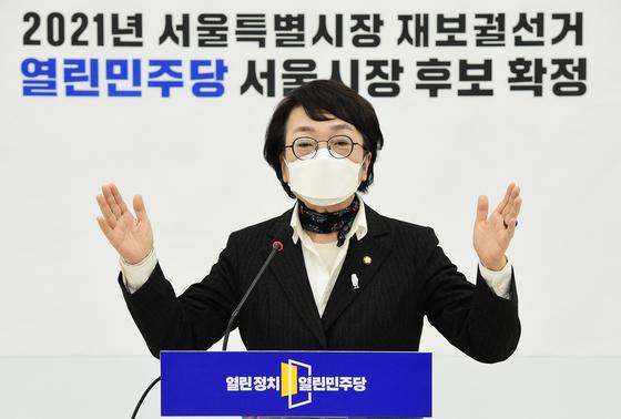4.7 서울시장 보궐선거에 열린민주당 후보로 확정 된 김진애 의원이 9일 국회에서 공천장을 받은 뒤 소감을 밝히고 있다. 오종택 기자