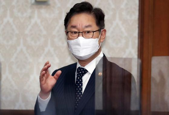 박범계 법무부 장관이 9일 오전 정부서울청사에서 열린 국무회의에 참석하고 있다. 연합뉴스
