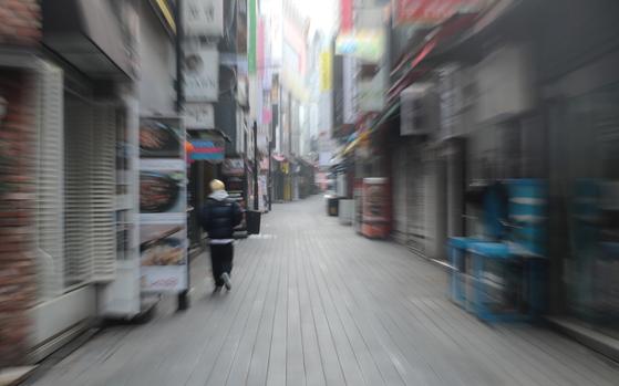 정부가 수도권의 거리두기 2.5단계 유지를 발표한 가운데 지난 7일 서울 중구 명동거리가 한산한 모습을 보이고 있다. 뉴스1