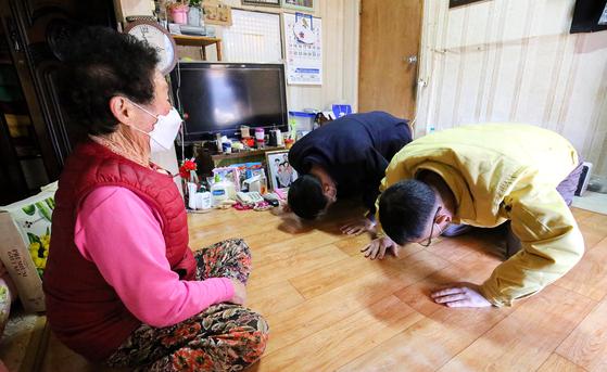 8일 전남 완도군 최정환 약산면장이 설날 때 가족이 귀성하지 않는 군민의 집을 찾아 세배를 전하고 있다.
