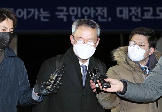 월성 1호기 원전 경제성 평가 조작에 관여한 혐의를 받고 있는 백운규 전 산업통상자원부 장관이 9일 대전지방법원으로부터 구속영장이 기각되자 대전구치소를 나서고 있다. 뉴스1