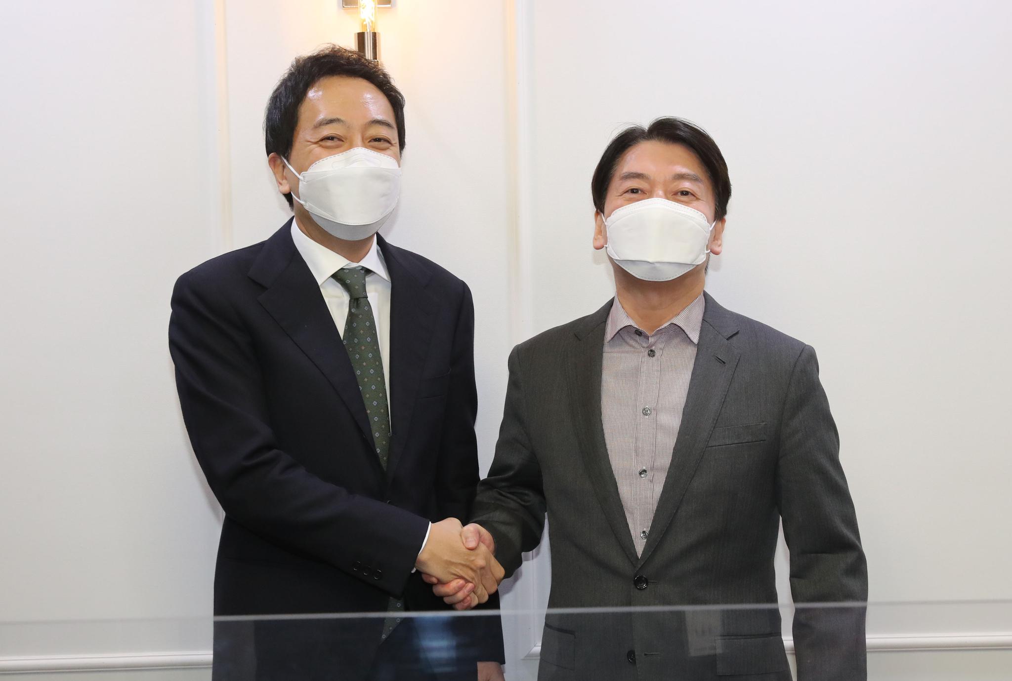 국민의당 안철수 대표(오른쪽)와 무소속 금태섭 전 의원이 '제3지대' 단일화 방식을 협상하기 위해 4일 오후 서울 여의도 국회 의원회관에서 회동, 악수하고 있다. 오종택 기자